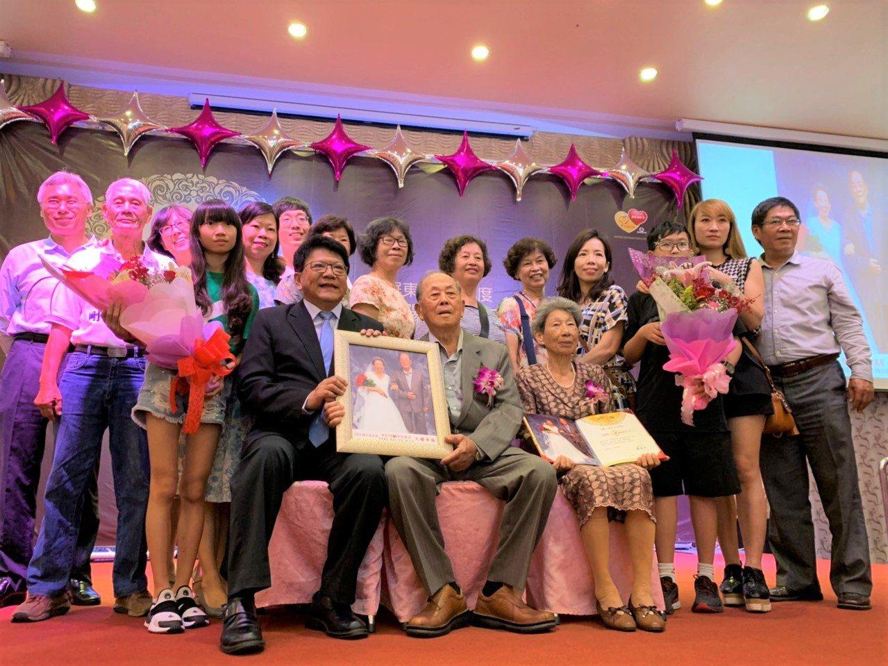 來自長治鄉的胡松明與胡徐鳳英結婚64年,兩人恩愛如昔,昨由家人陪同一起接受表揚。...