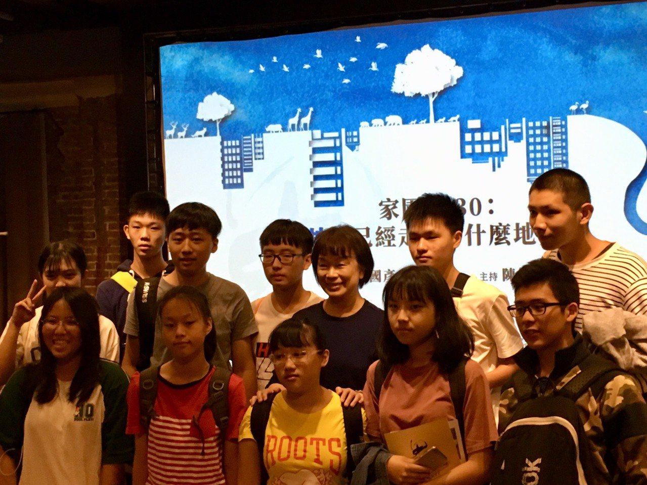 作家龍應台(後排右三)昨天出席思沙龍論壇討論氣候變遷,吸引許多國高中生聆聽。 記...
