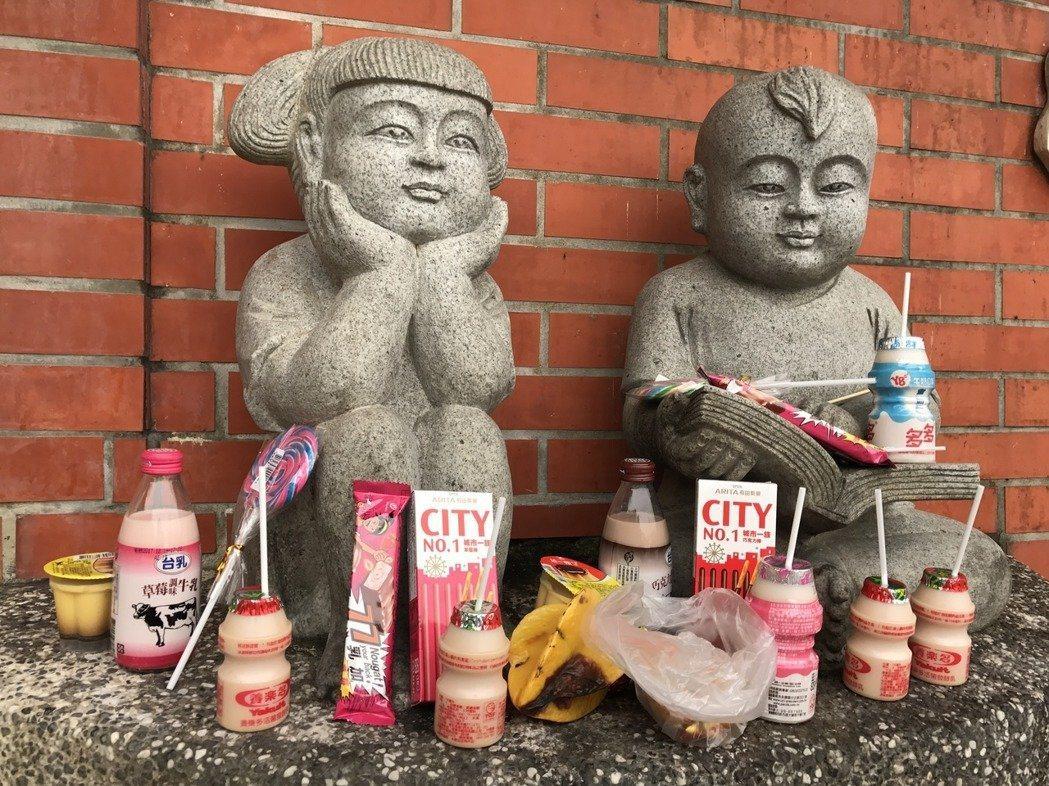 新竹寶山鄉雙胞胎水井,常有信徒供奉養樂多、棒棒糖、巧克力、糖果等供品。圖/報系資...