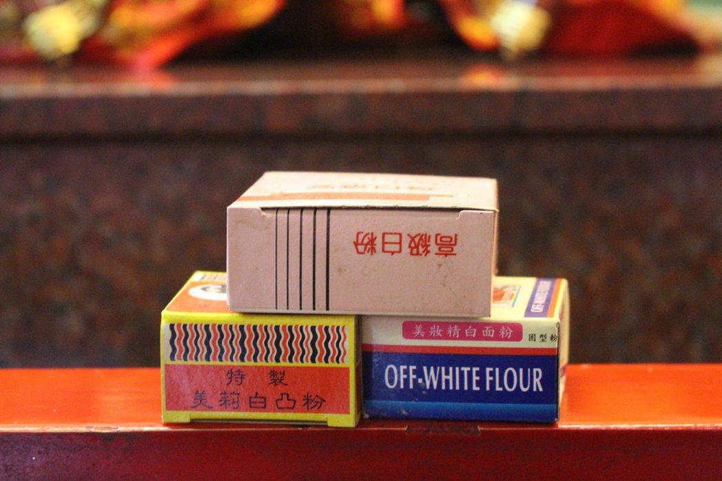 竹蓮寺七娘娘供桌上挽面白粉、水粉的胭脂品。記者張雅婷/攝影