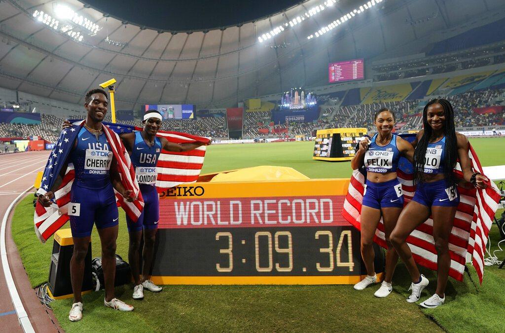 美國田徑名將菲利克斯(右二)今天在多哈迎接新身分後的第1面世錦賽金牌,更以累積1...