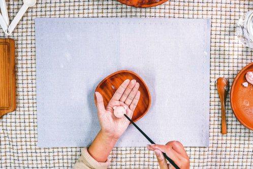 用筷子印出小豬的眼睛和鼻孔。 照片/天使團隊提供