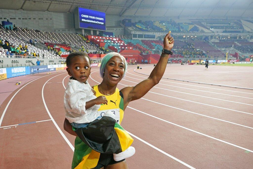 32歲牙買加短跑女將弗雷澤─普萊斯,暌違四年以母親身分重返世錦賽在百米奪金,成為...