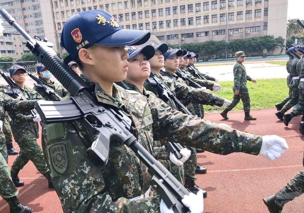桃園南亞科大的ROTC預備軍官團學生,也參加今年6月的陸軍官校95周年校慶閱兵。...
