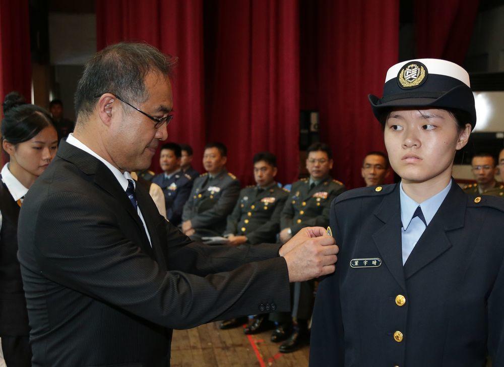 新竹東泰高中「國防培育專班」的開學典禮,女生的制服非常類似海軍軍常服。圖/軍聞社