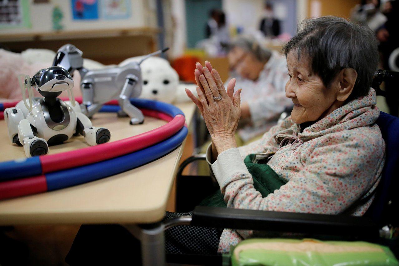 日本企業因應單身族大增趨勢,推出由生到死的各式一人服務。圖為東京一所護理之家,老...