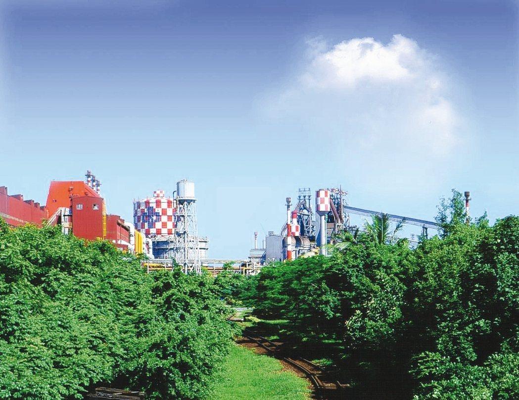 中鋼秉持主動多元的社會參與精神,善盡企業社會責任,積極推動廠區綠化。圖為廠區綠化...