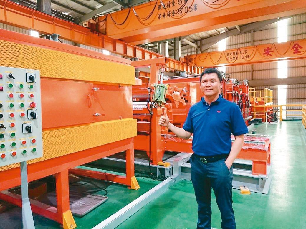 慶大樂董事長林恒茂與家電彩塗烤漆鋼捲生產線。 莊智強/攝影