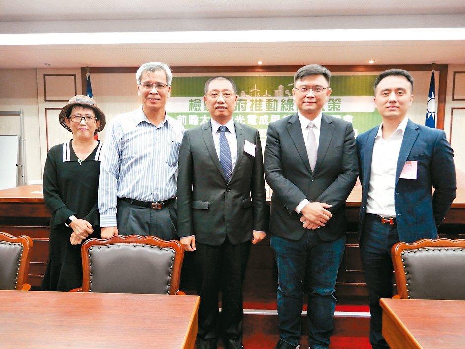 台灣再生能源推動聯盟理事長高茹萍(左起)、中鋼光能總經理丁德樹、太陽光電發電系統...