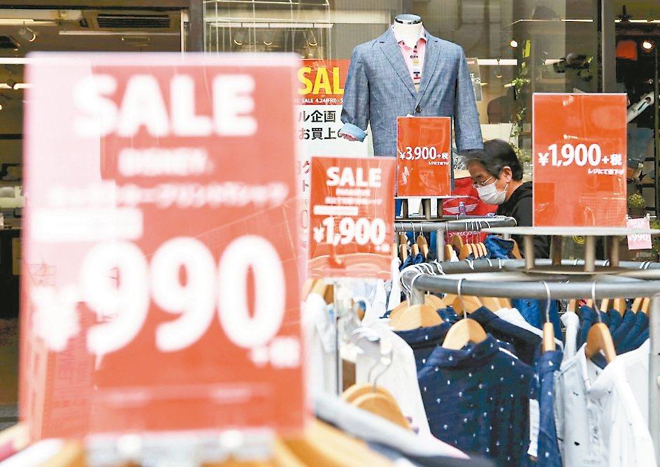 日本10月1日消費稅率將從現行8%調升到10%,零售與餐飲業者事先調降產品的稅前...