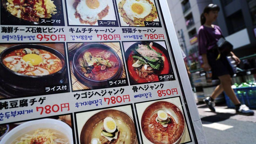 日本10月起將消費稅率調升至10%,但外帶食物仍以8%稅率計算。 (路透)