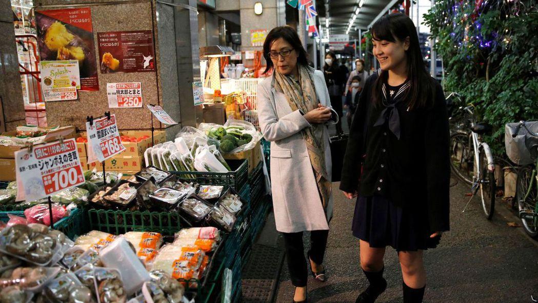 日本10月起將消費稅率調升至10%,但食品與飲料除外。 (路透)