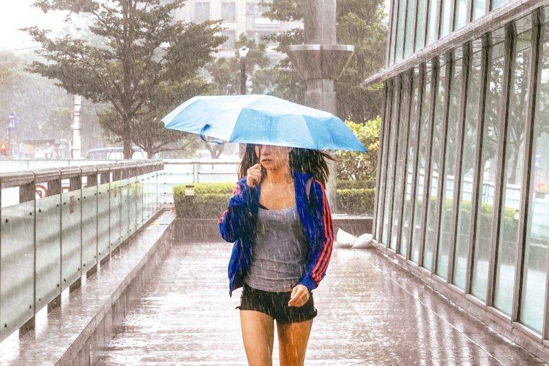 米塔颱風逐漸逼近台灣,上午風雨一陣一陣時強時弱。 記者鄭超文/攝影