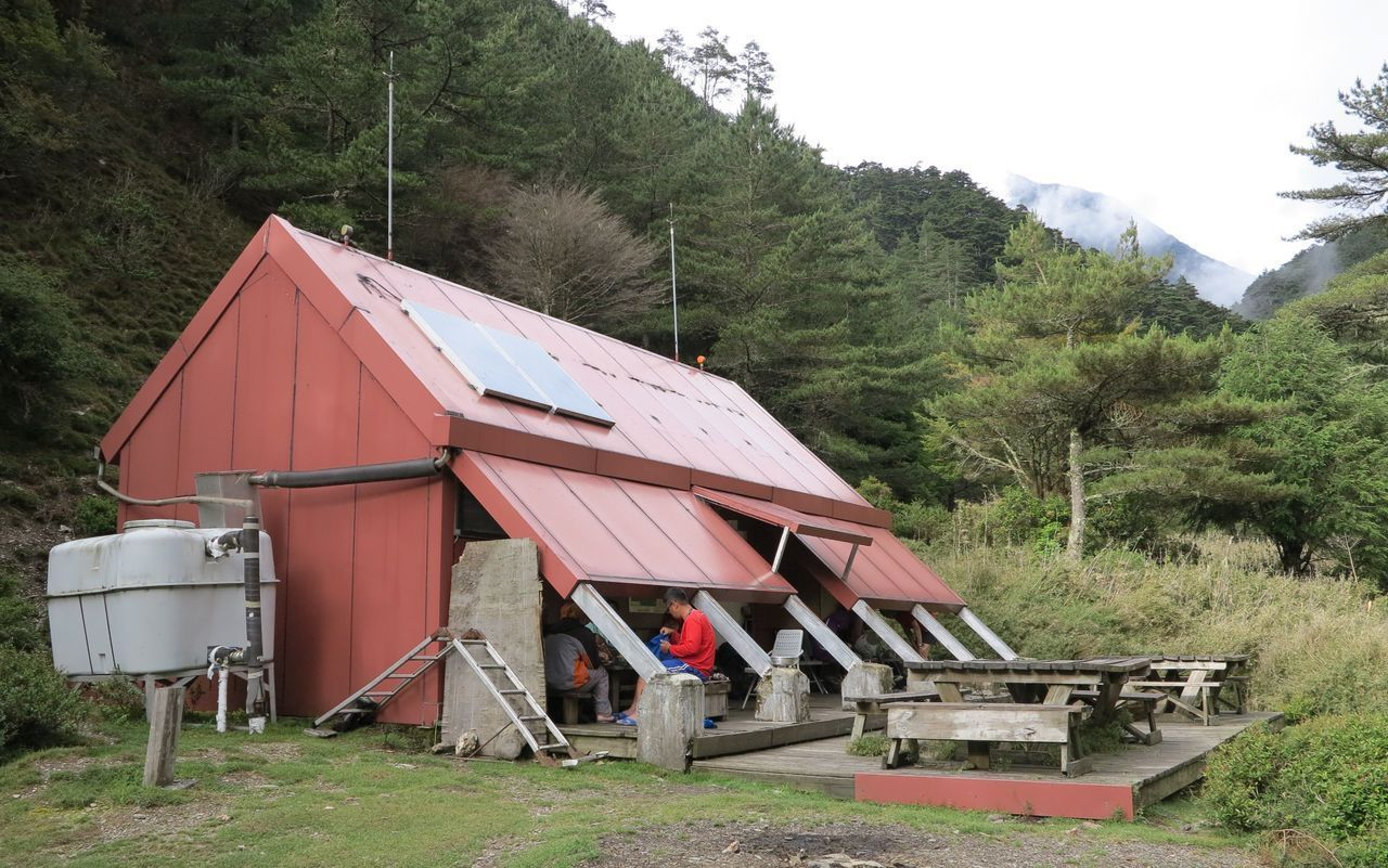 國家公園及林管單位也計畫在部分山屋附近加設露營區,以應付愈來愈多的山友需求。 圖...