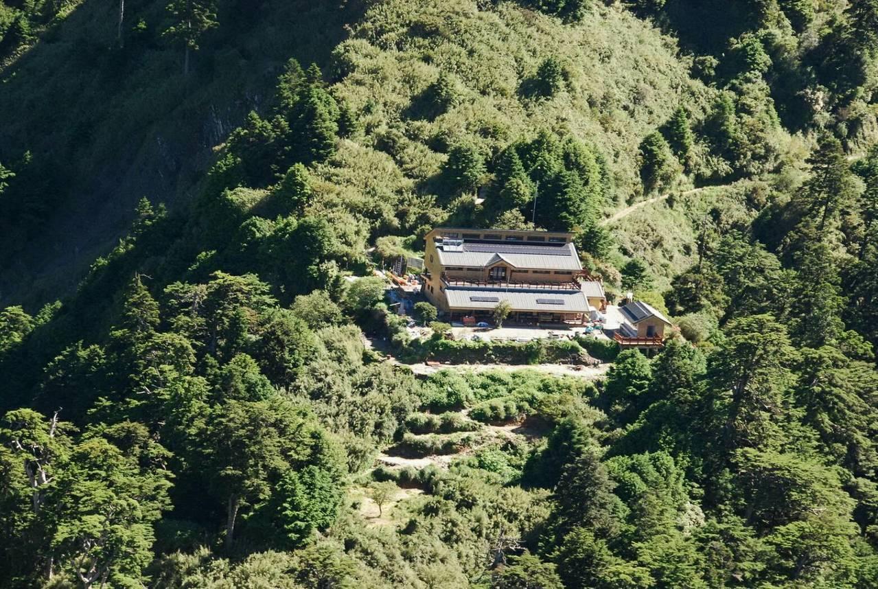 南投林管處下個月將完成天池山莊山屋的整修改善,因應政府的山林開放政策。 圖/南投...