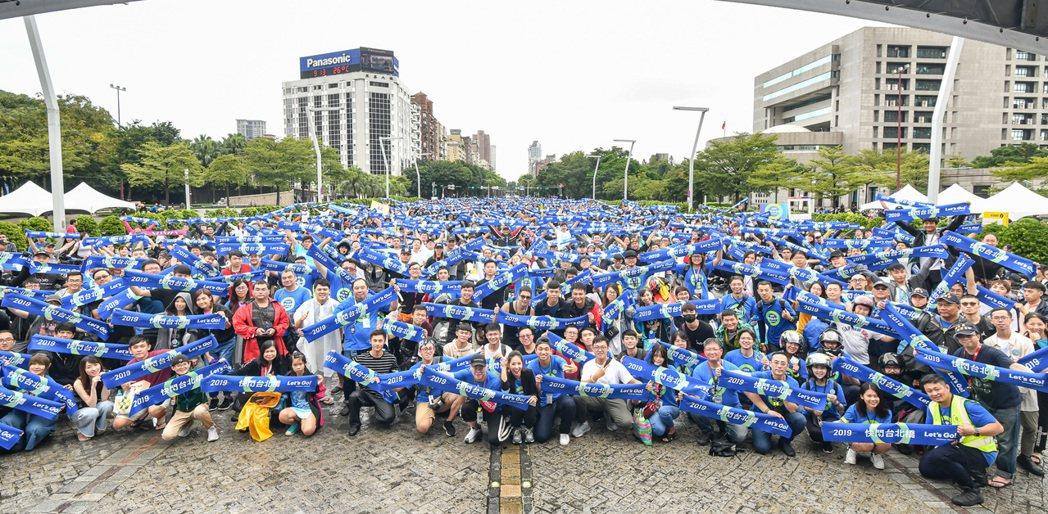 Gogoro 車陣隊伍以遊行方式抵達台北市政府前市民廣場,Gogoro 為了展現...