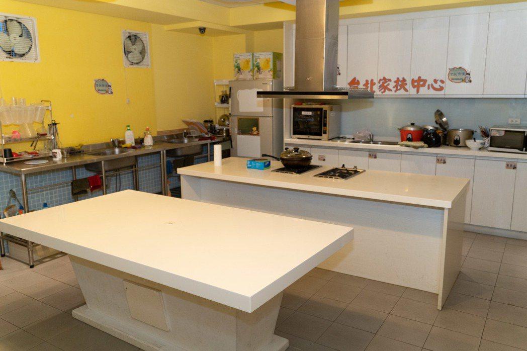 家扶基金會在台北南港據點開辦「料理班」,教孩子認識食物及安全使用爐具,希望就算父...