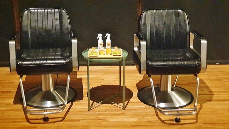 「頭髮說」裝置藝術展現場也有體驗區,讓參觀者親自感受使用歐萊德養髮液為頭皮按摩的...