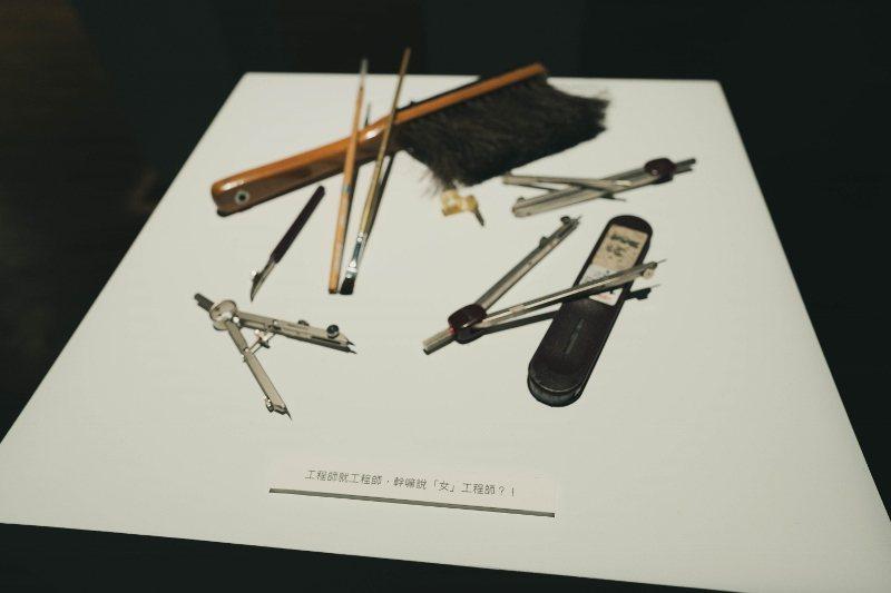 「頭髮說」許多展品的解說文字詼諧,引人會心一笑。 歐萊德/提供