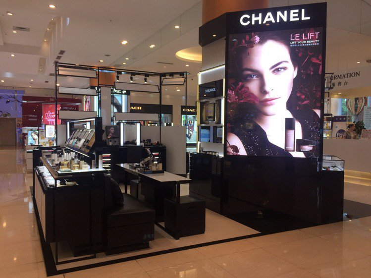 SOGO天母店的香奈兒化妝品專櫃,今天呈現空櫃。圖/讀者提供