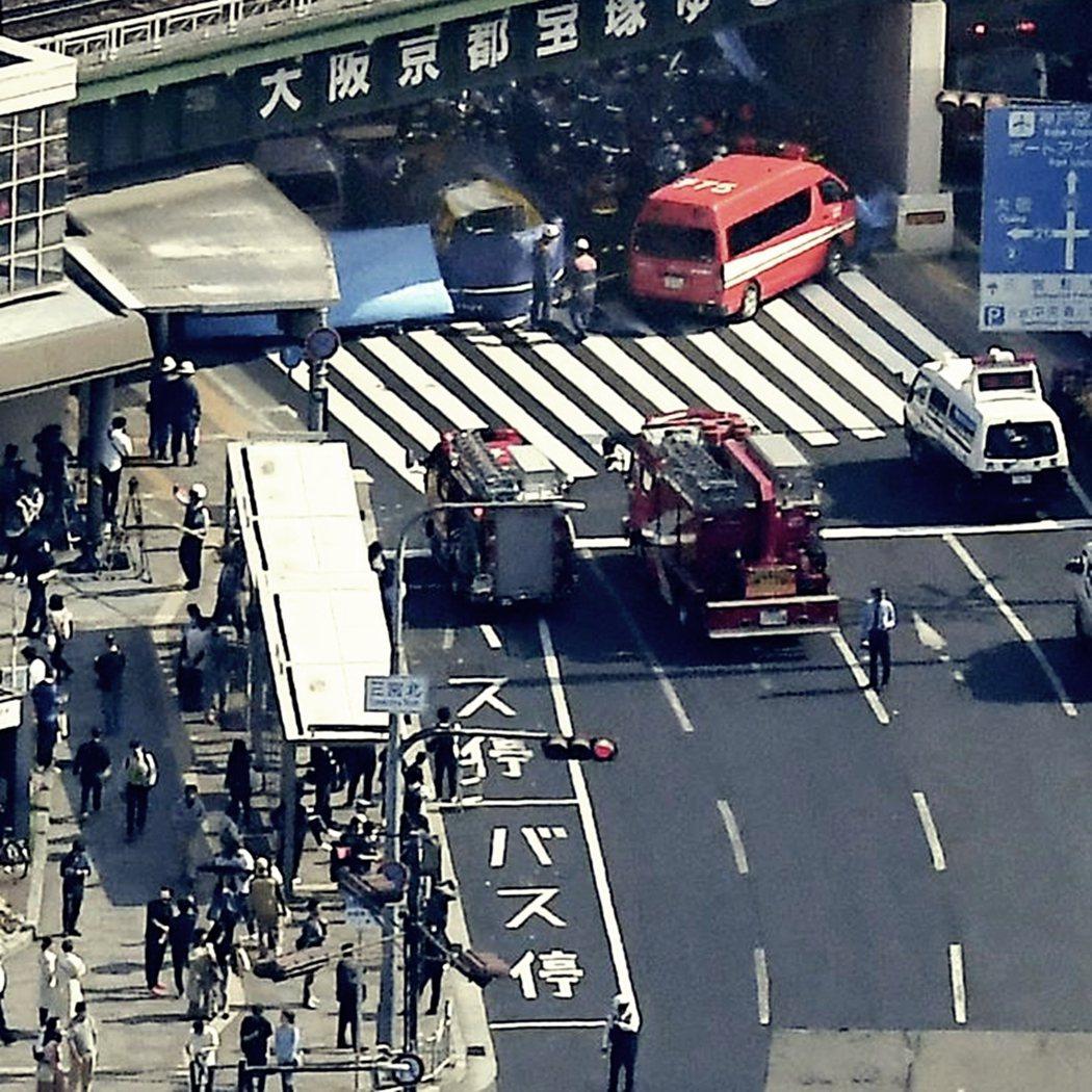 巴士站的設置地點與馬路過於靠近,卻是導致類似事件發生的遠因。圖為今年4月的神戶巴...
