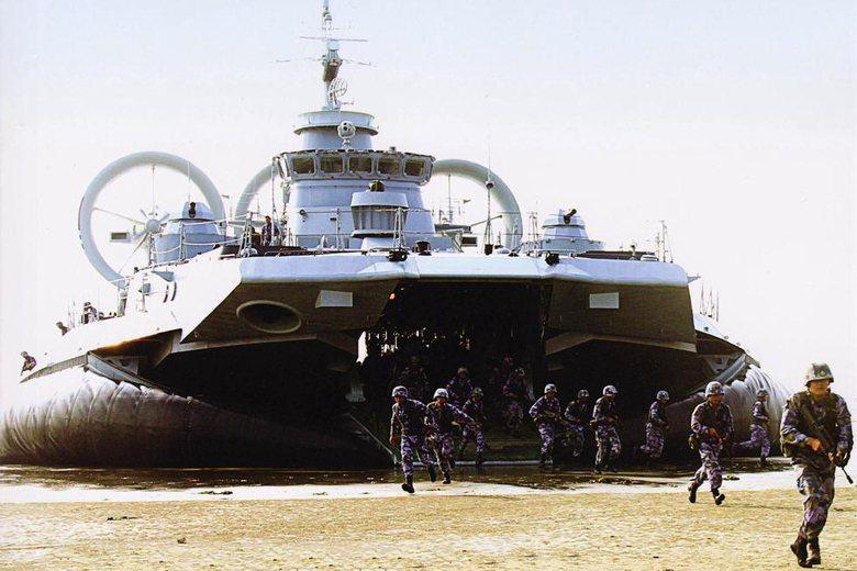 圖為解放軍向烏克蘭進口的野牛級大型氣墊船。 圖/取自中國解放軍