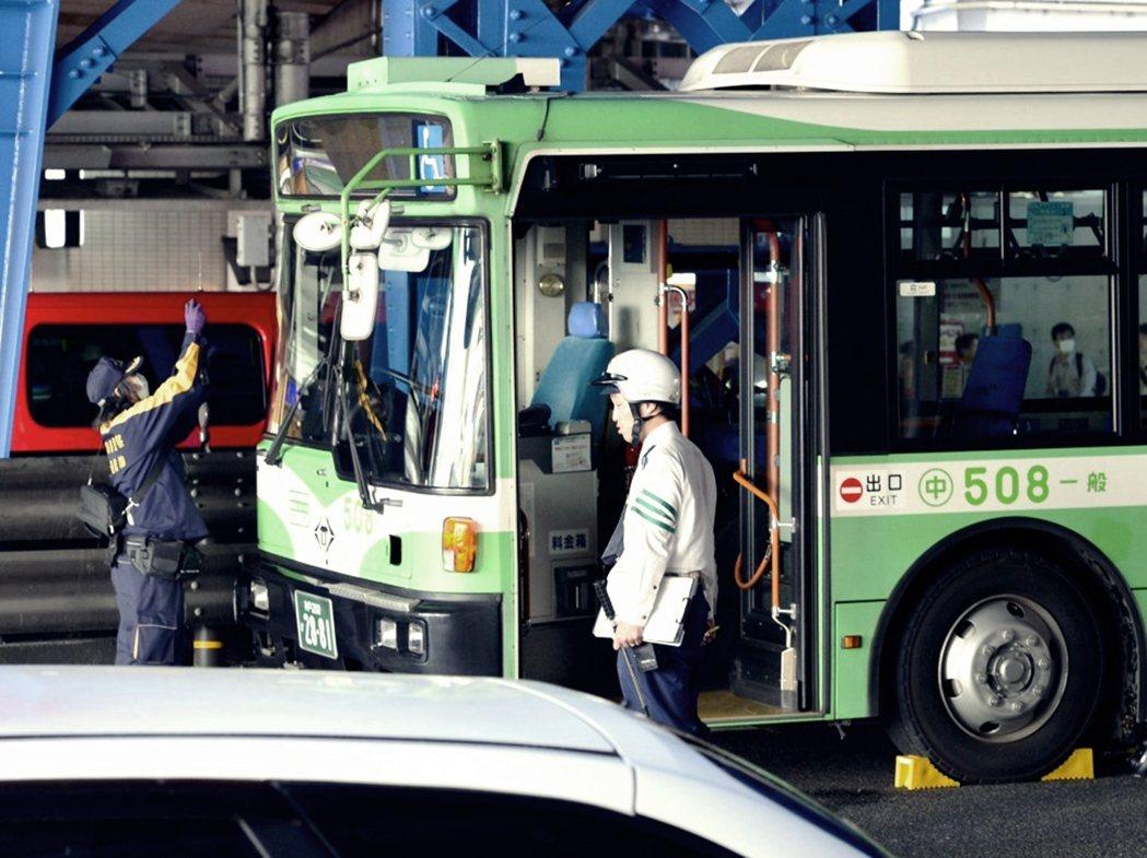 圖為今年4月的神戶巴士死亡交通事故,日本巴士站隱藏的安全危機浮現,引發社會的關注...