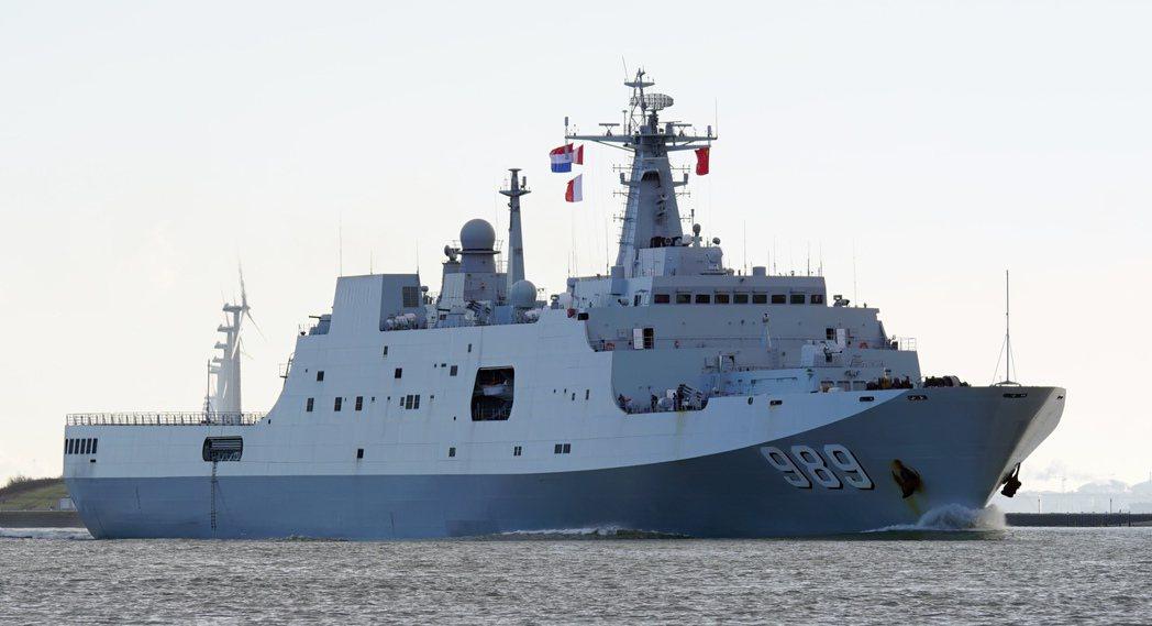 圖為071型綜合登陸艦「長白山」艦。 圖/維基共享