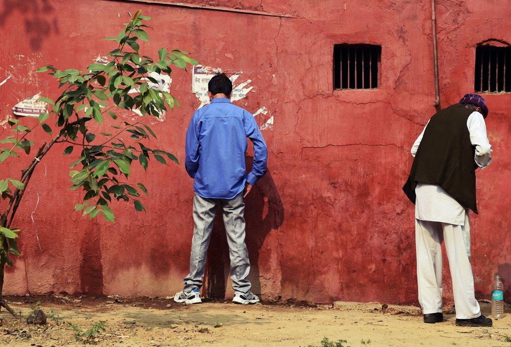 從70到80年代,印度——尤其是農村——的廁所覆蓋率,仍遠不足以滿足龐大人口,露...