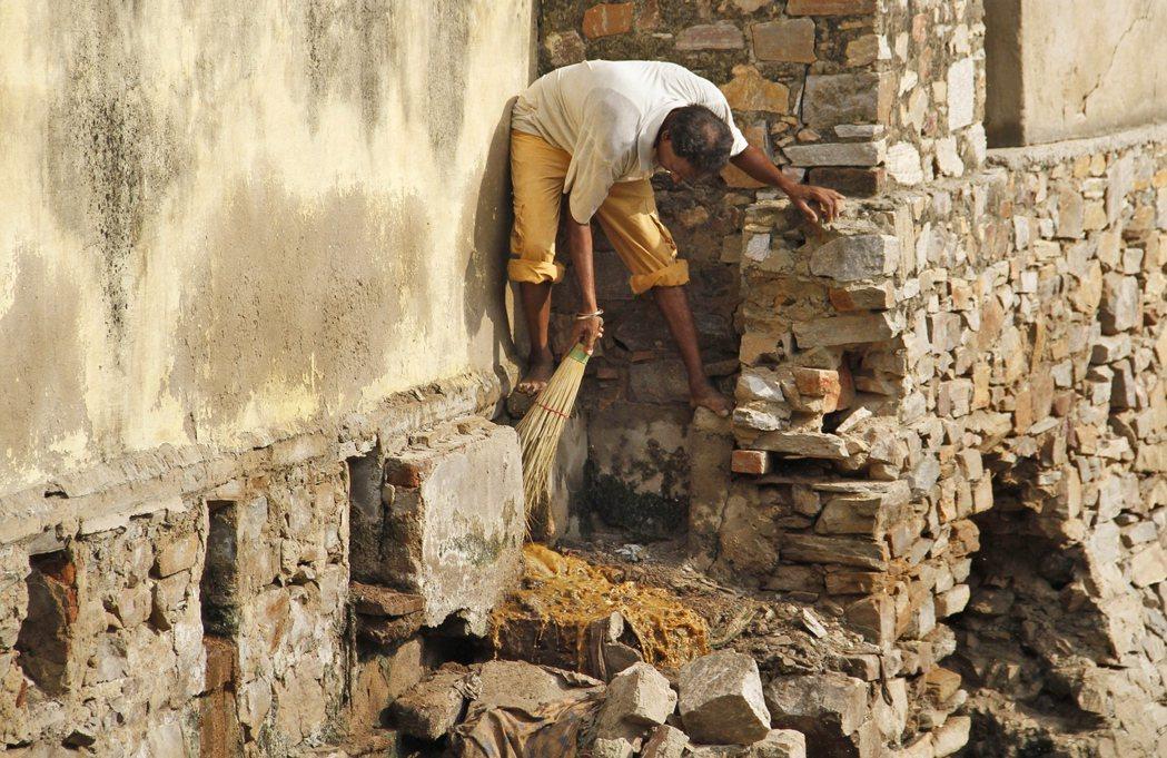 硬體的缺失——像是建造工程品質不佳、鮮少維護設施等原因——讓印度有大量廁所無法使...