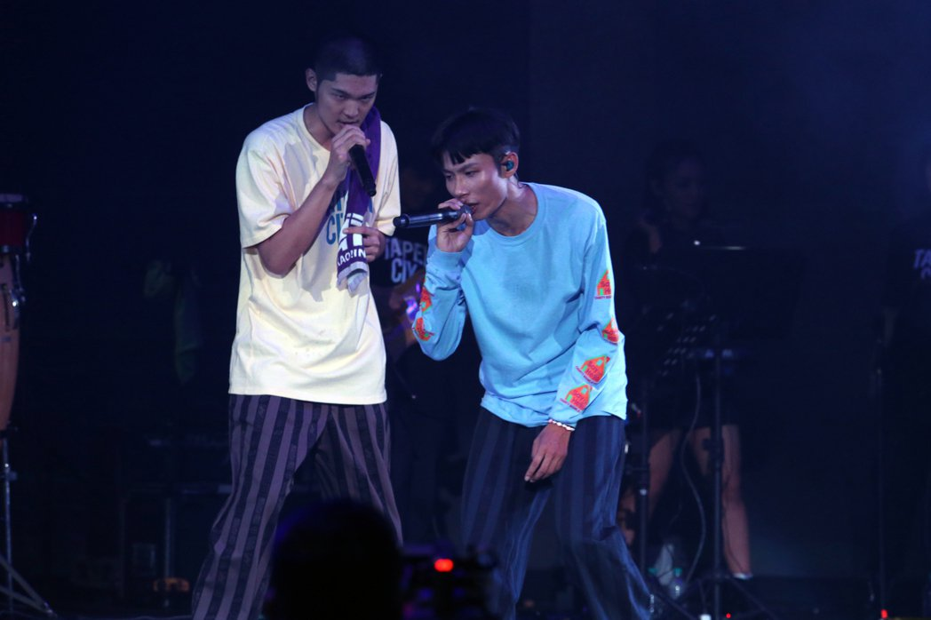 LEO王(左)與春艷合體以「夜貓組」開唱。記者許正宏/攝影
