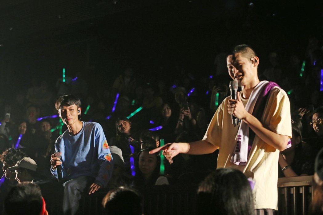LEO王(右)與春艷合體以「夜貓組」開唱。記者許正宏/攝影