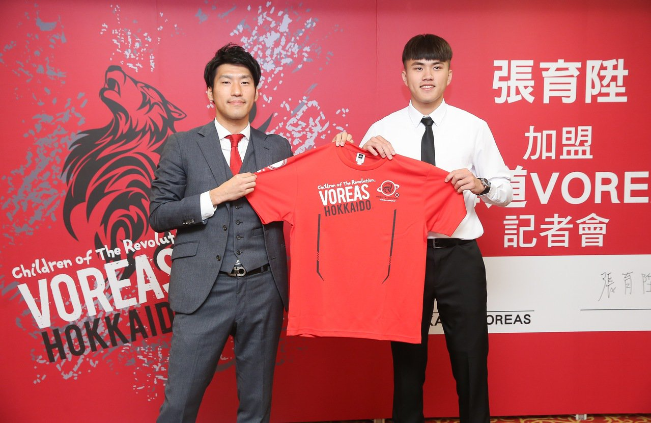 北海道總經理降旗雄平(左)將球隊球衣贈給張育陞。記者余承翰/攝影