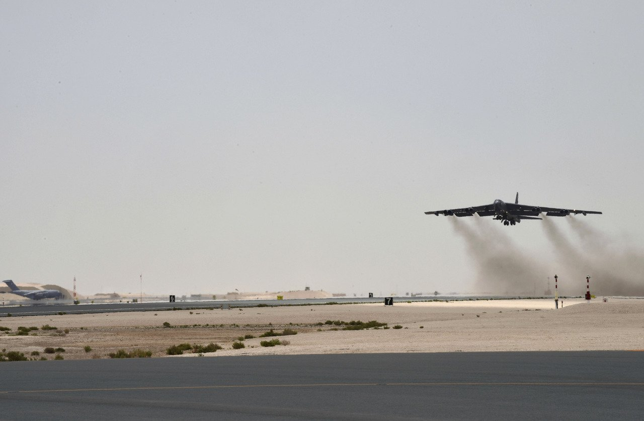 美國空軍中東指揮中心目前設在卡達的烏代德基地。圖為一架B-52同溫層堡壘轟炸機今...