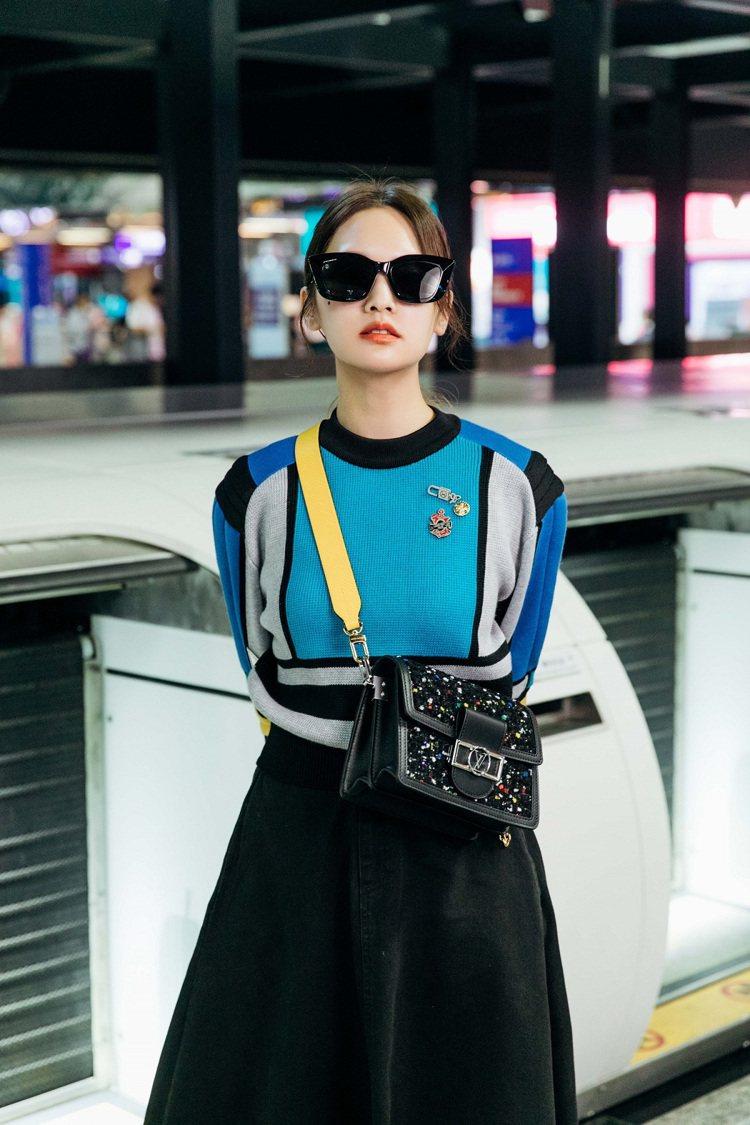楊丞琳穿LV色塊短身套頭衫,前往巴黎。圖/LV提供