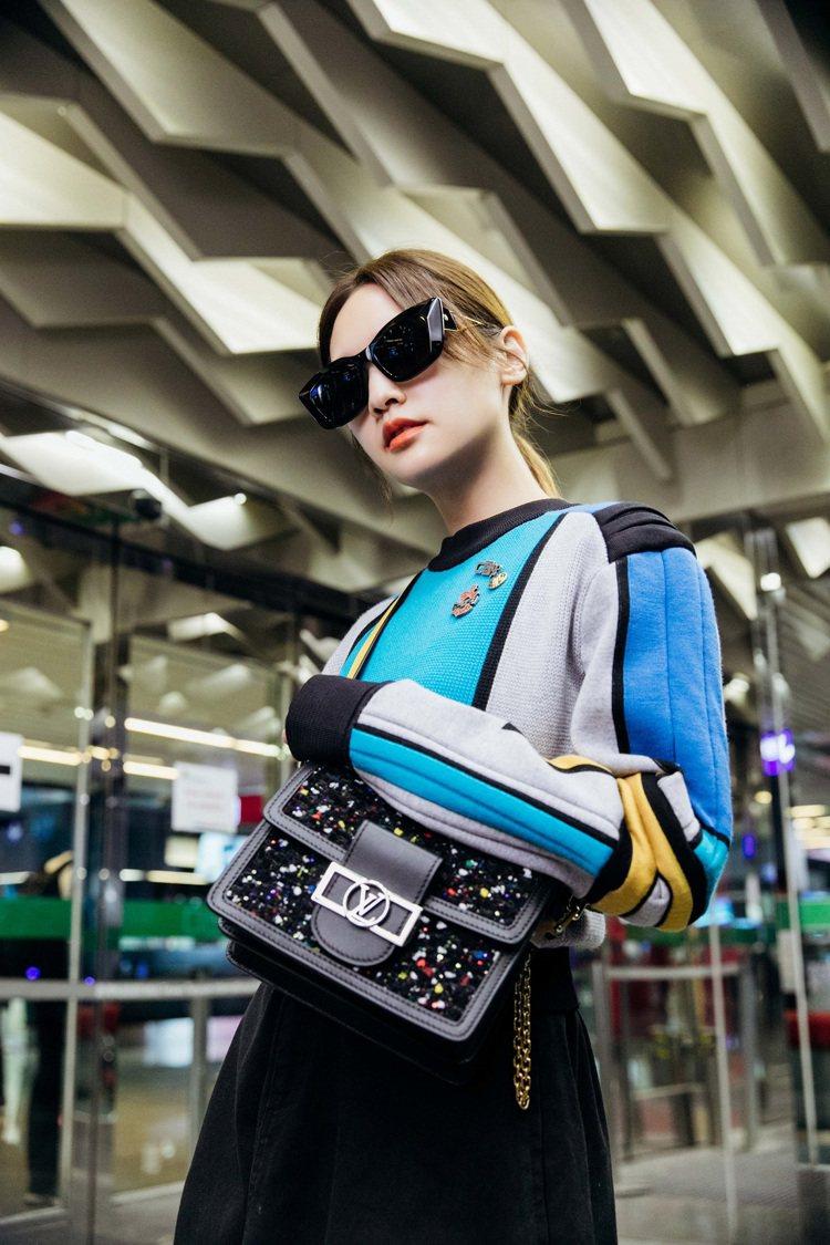 楊丞琳機場時尚包緊緊,但用顏色突出。圖/LV提供