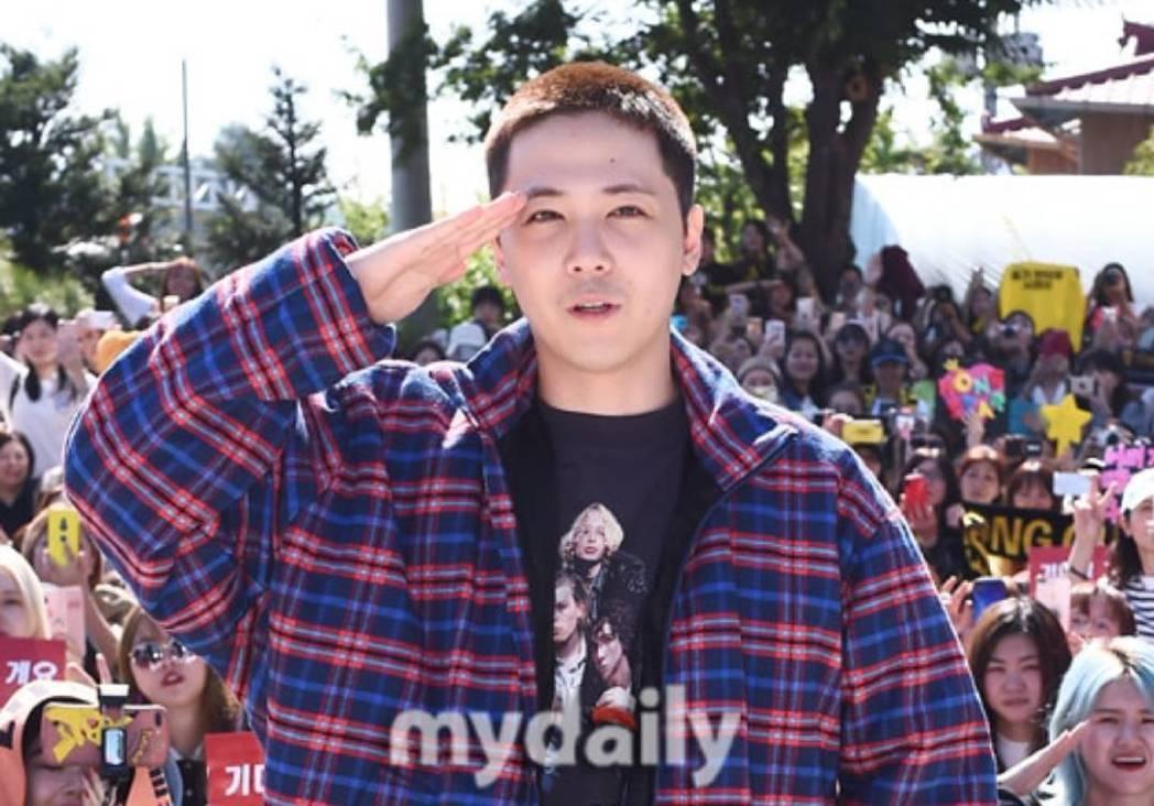 李洪基在粉絲包圍下留下紀念照。圖/摘自mydaily