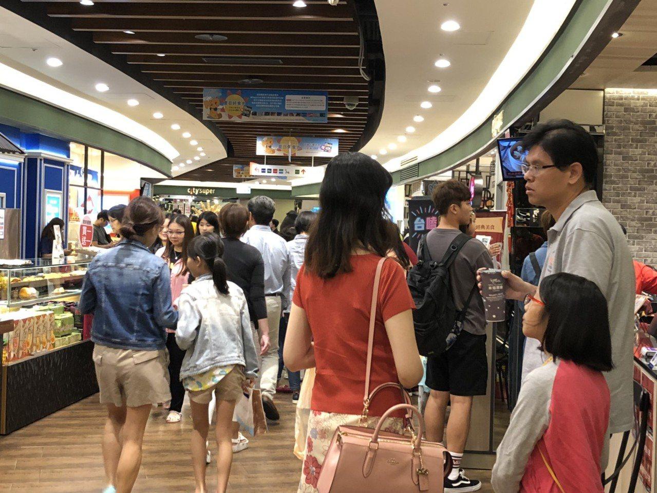 Big City遠東巨城購物中心今天上午11點正常營業,不到12點,汽、機車各3...