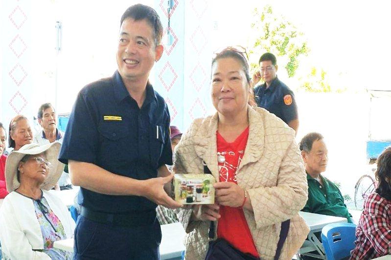 關山警察分局第四組交通組警務員林光華利用有獎徵答加深民眾法治觀念。記者羅紹平/翻攝