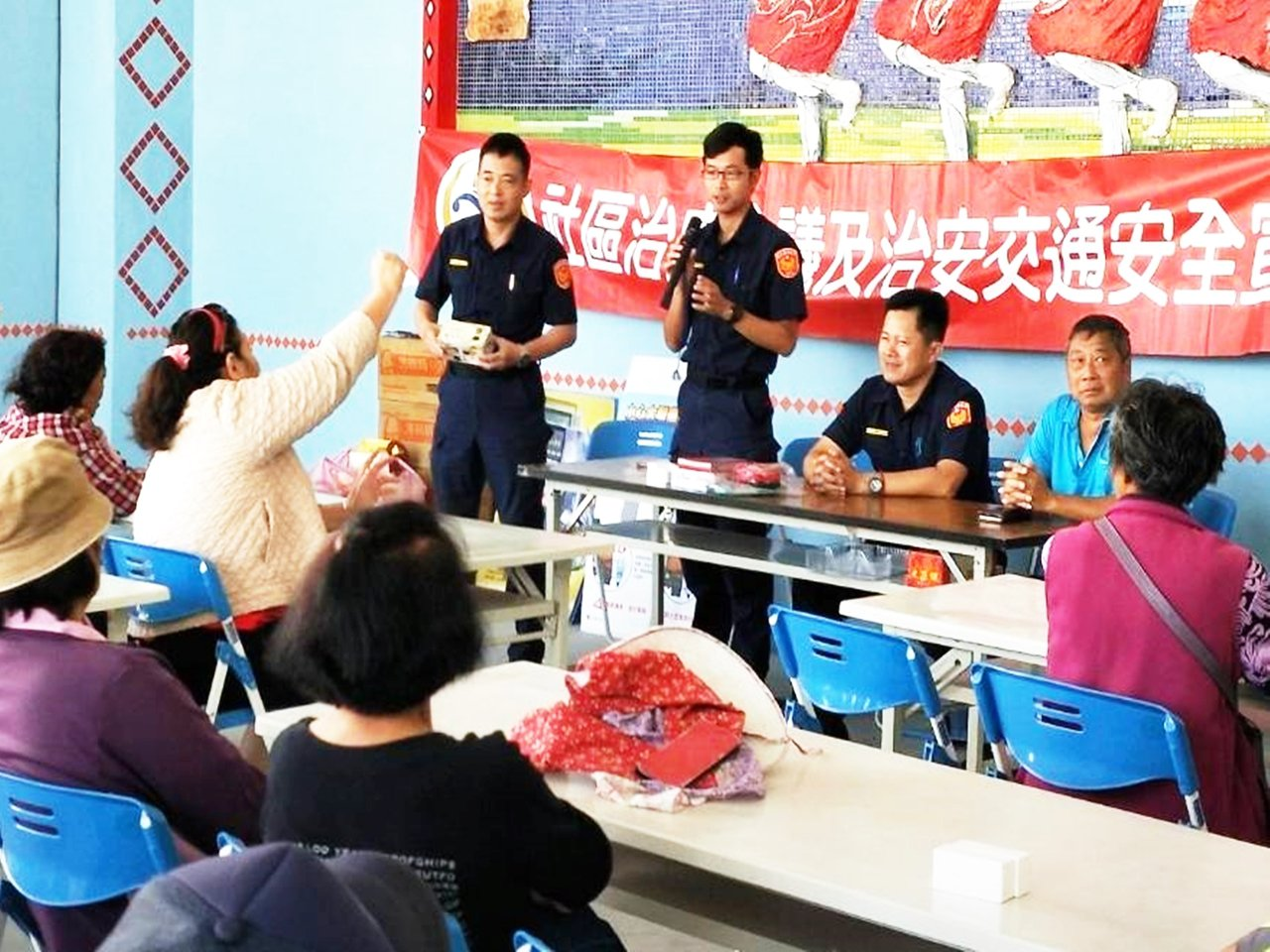 關山警察分局第四組交通組警務員林光華(左立者)利用有獎徵答加深民眾法治觀念。記者...