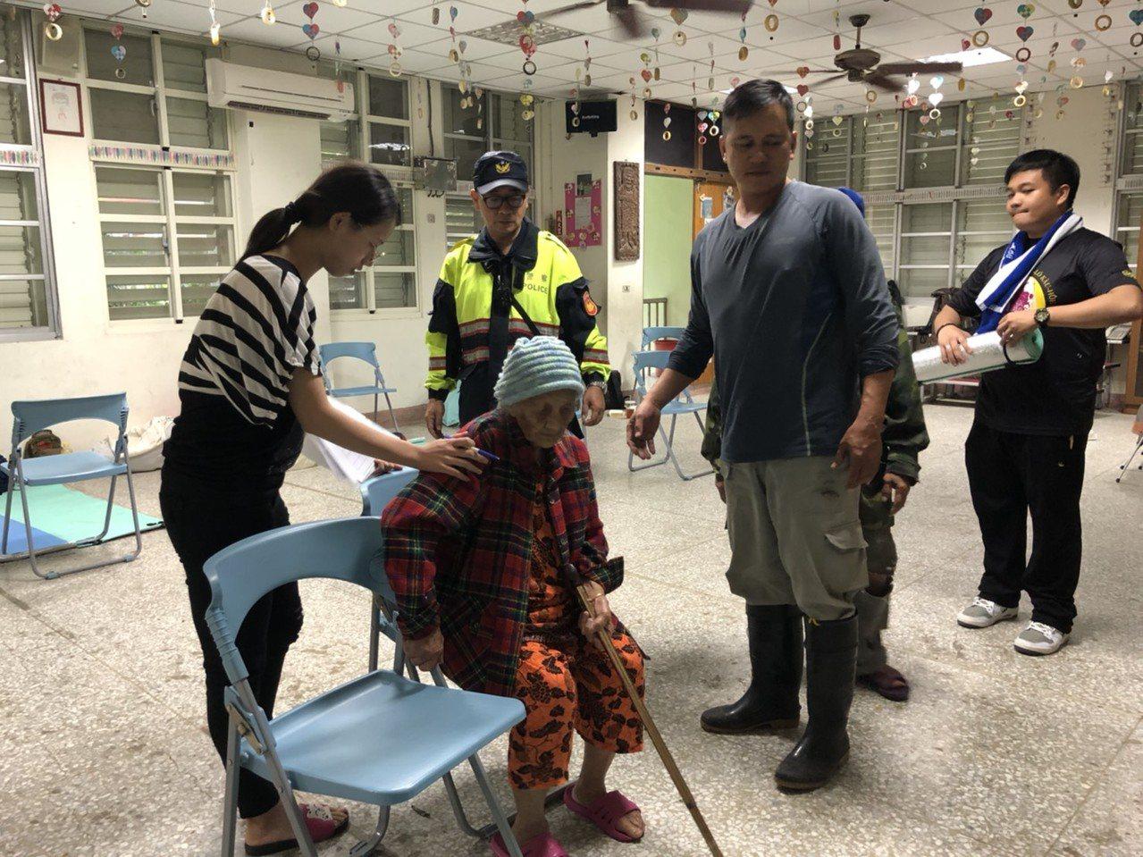 新城警分局派員警協助居民撤離安置。圖/新城警分局提供