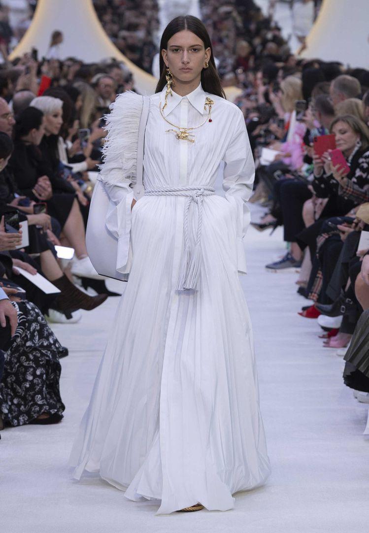 VALENTION讓超模們穿上白色仙女裝,搭配金色配件,充滿優雅貴氣。圖/摘自官...