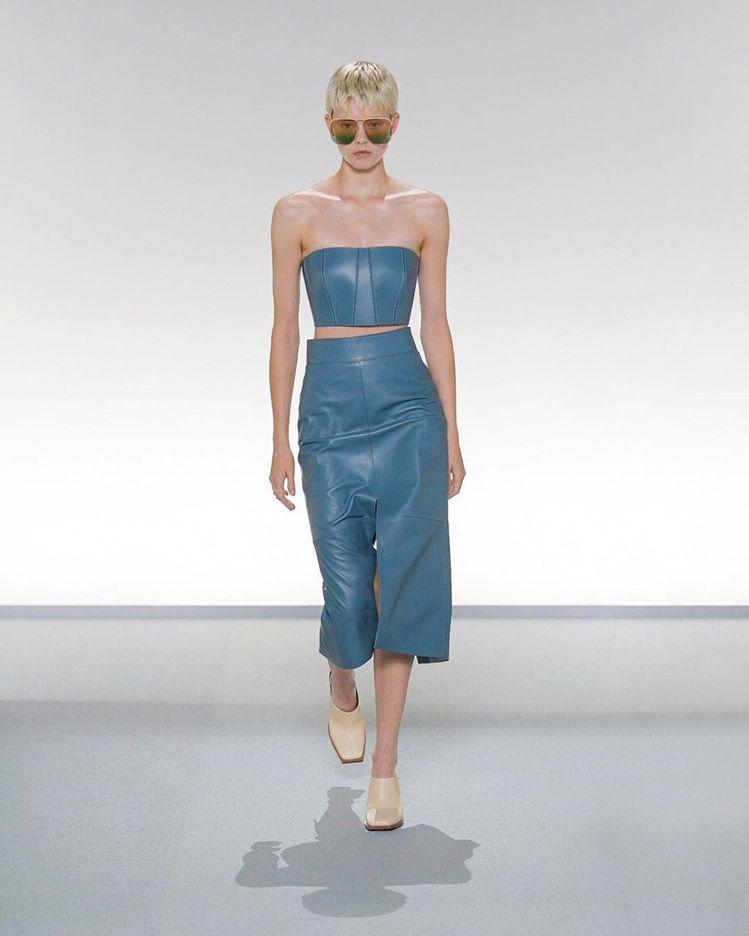 簡單的皮革,GIVENCHY也能設計出女人味。圖/摘自givenchy IG