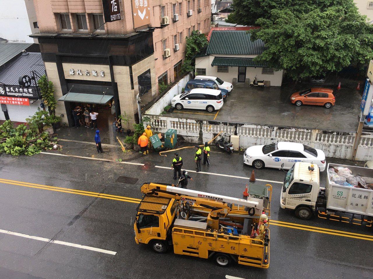 台電緊急派員搶修,已於晚間6時55分恢復供電。圖/台電花蓮區營業處提供