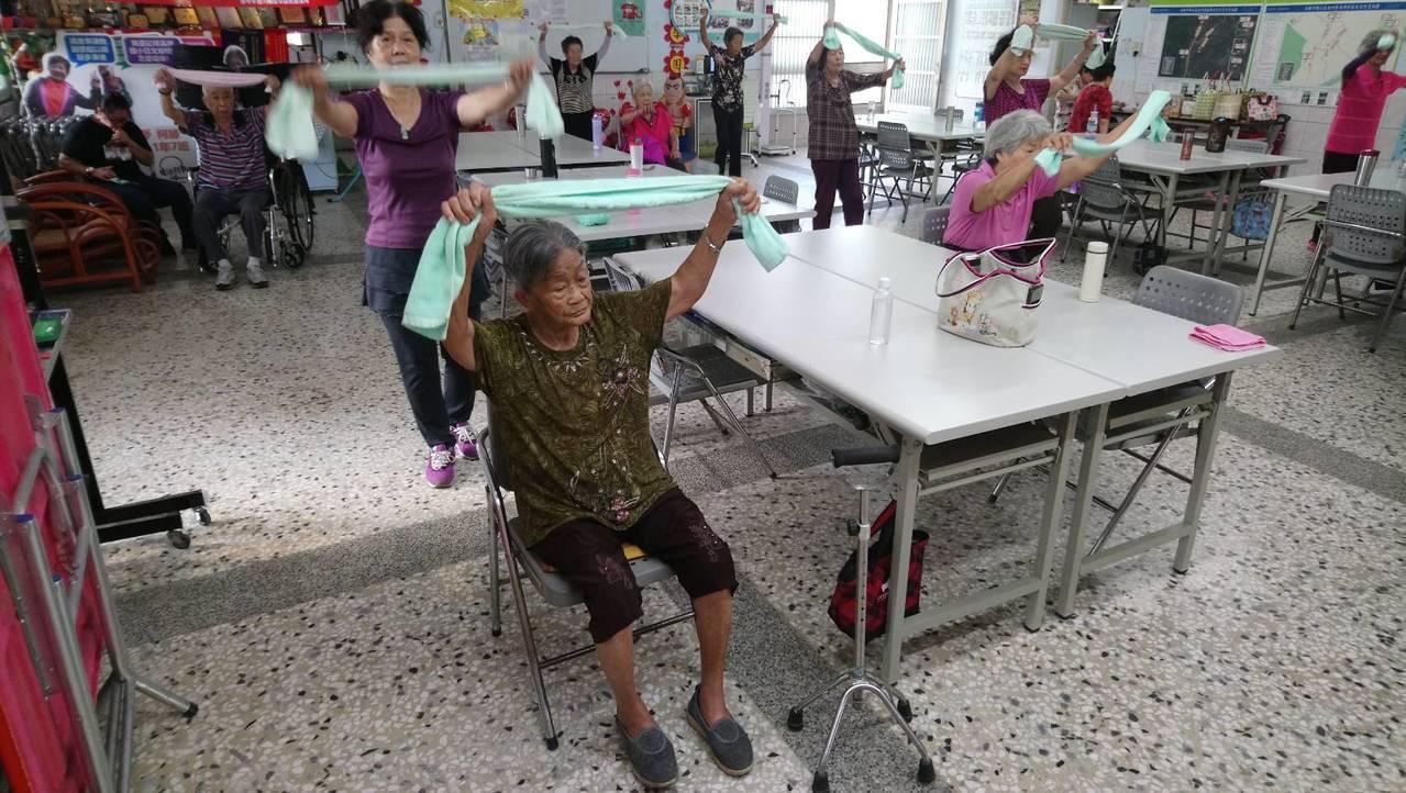 旗山百歲阿嬤天天「上學」 八旬兒子接送回家