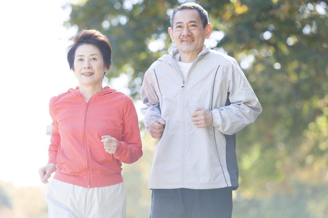 重陽節選禮物送給長輩,醫師推薦最好的禮物是運動。 圖/123RF