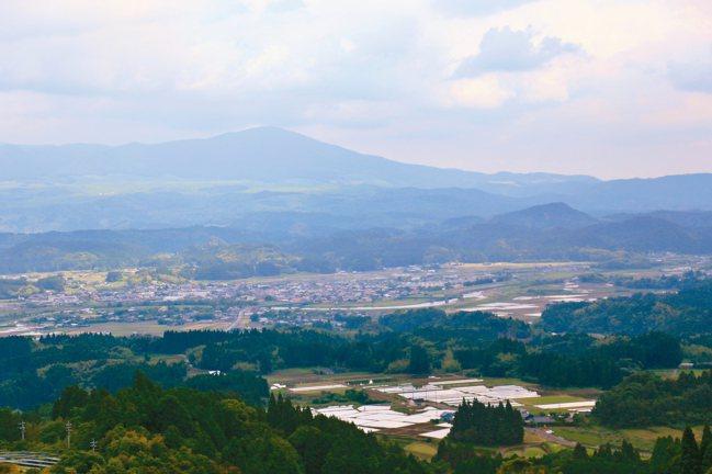 矢岳站到真幸站之間,列車會暫時停駛,讓乘客可欣賞被票選為「日本三大車窗」的美景,...