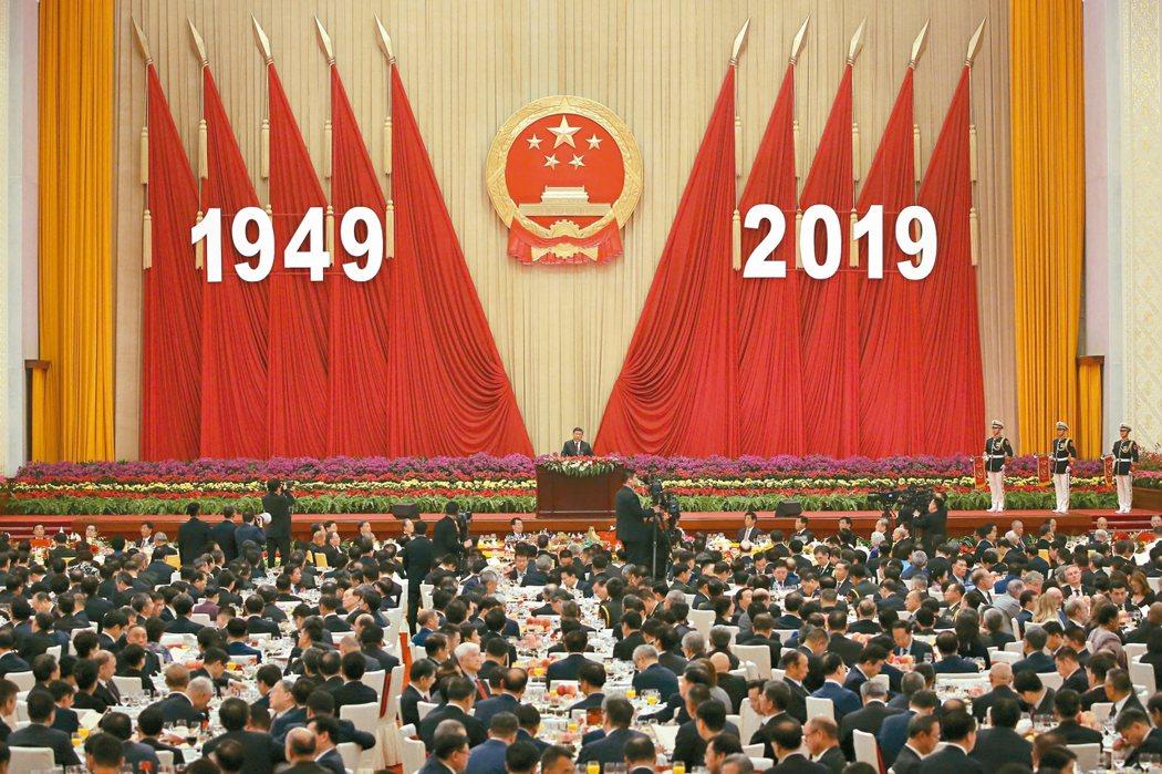 中國大陸國家主席習近平在北京人民大會堂舉辦的建政七十周年招待會發表演說。 (美聯社)