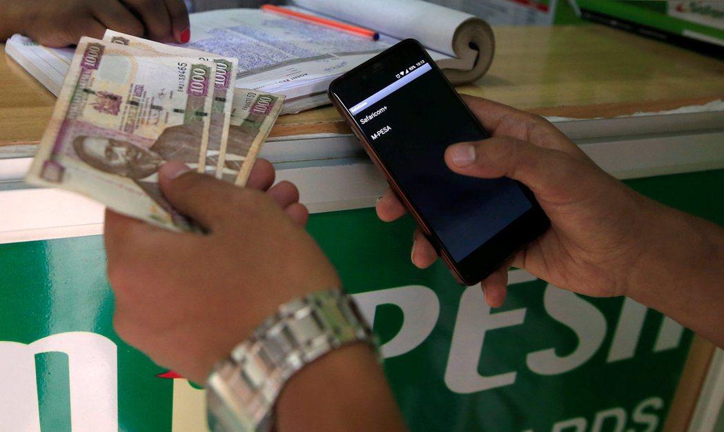 肯亞1000先令舊鈔10月1日起變廢紙。 (路透)