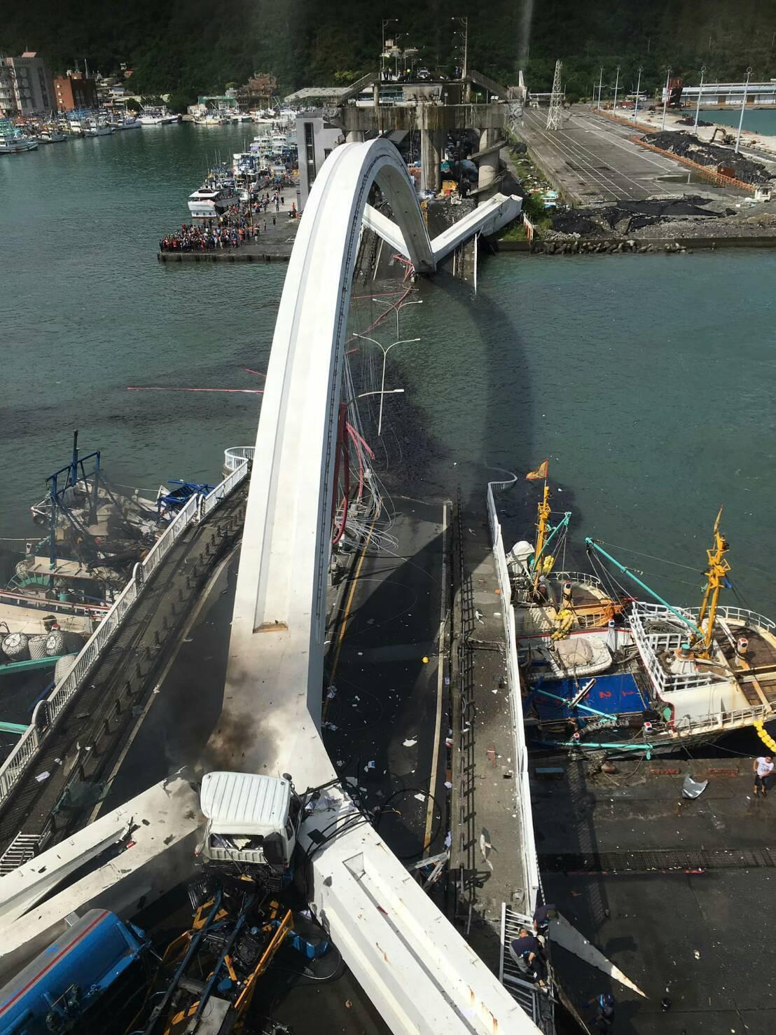 南方澳跨港大橋今天上午斷落。圖/讀者提供